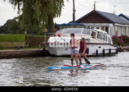 Norfolk Broads, UK. 16. Juli 2016. Das sechste Norfolk Broads klassische SUP Rennen. Zehn und fünf Meile Kurse zwischen - Stockfoto