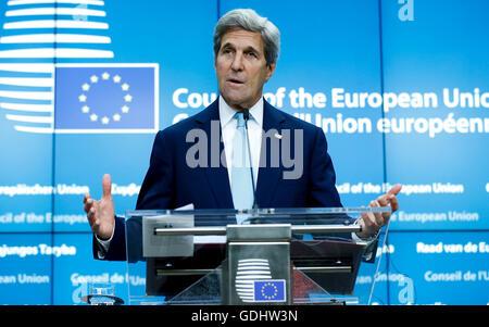 Brüssel, Belgien. 18. Juli 2016. US-Außenminister John Kerry befasst sich mit eine gemeinsame Pressekonferenz mit Hohe Vertreterin der EU für Außen- und Sicherheitspolitik Federica Mogherini (nicht gesehen) nach ihrem Treffen vor ein EU-Außenminister-Treffen am Hauptsitz in Brüssel, Belgien, 18. Juli 2016. John Kerry ist in Belgien an einer Sitzung mit den Außenministern der EU-Mitgliedstaaten am Rande der laufenden EU-Rat für auswärtige Angelegenheiten-Sitzung teilzunehmen. © Ihr Pingfan/Xinhua/Alamy Live-Nachrichten