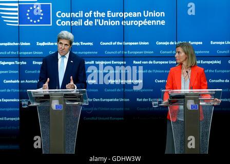 Brüssel, Belgien. 18. Juli 2016. US-Außenminister John Kerry (L) und Hohe Vertreterin der EU für Außen- und Sicherheitspolitik Federica Mogherini besuchen eine gemeinsame Pressekonferenz nach dem Treffen vor ein EU-Außenminister-Treffen am Hauptsitz in Brüssel, Belgien, 18. Juli 2016. John Kerry ist in Belgien an einer Sitzung mit den Außenministern der EU-Mitgliedstaaten am Rande der laufenden EU-Rat für auswärtige Angelegenheiten-Sitzung teilzunehmen. © Ihr Pingfan/Xinhua/Alamy Live-Nachrichten