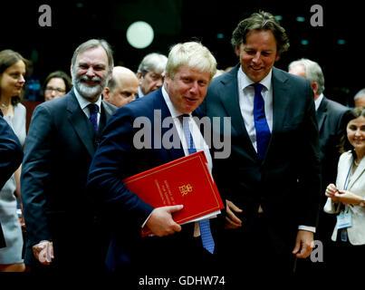 Brüssel, Belgien. 18. Juli 2016. Britischer Außenminister Boris Johnson (L, vorn) und niederländische Außenminister Bert Koenders (R, vorne) kommen in einen EU-Außenminister-Treffen am Hauptsitz in Brüssel, Belgien, 18. Juli 2016. Die Tagesordnung wird voraussichtlich auf Fragen des Anti-Terrorismus, Türkei und Syrien konzentriert werden. Bildnachweis: Ye Pingfan/Xinhua/Alamy Live-Nachrichten