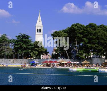 Geographie / Reisen, Kroatien, Novigrad, Stadtansichten / Stadtlandschaften, Blick auf die Stadt mit der Basilika - Stockfoto