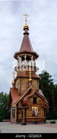 Sehr schöne hölzerne christliche orthodoxe Kirche von Sts Kirill und Methodius Kapelle an Tomskaya Pisanitsa. Sibirien. - Stockfoto