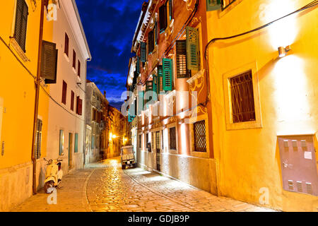 Alte Stein Straße von Rovinj Abend Blick, Istrien, Kroatien - Stockfoto