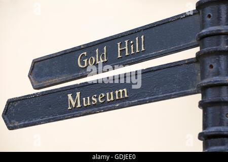 Wegweiser zeigen Richtung zu Gold Hill und Museum am Shaftesbury, Dorset im Juli - Stockfoto