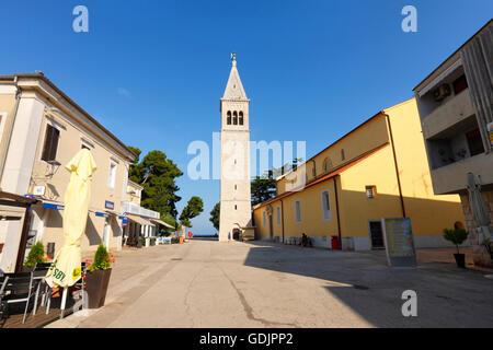Kirche und Turm in Novigrad - Stockfoto