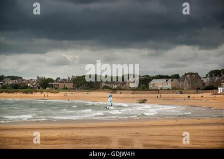 Ein einsamer Windsurfer braucht, um die Wellen am Strand von Earlsferry in der Fife coastal Dorf von Elie. - Stockfoto