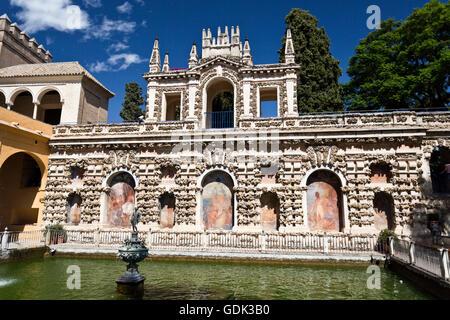 Blick auf den Pool und die Grotte Galerie (Galeria de Grutesco) in den Gärten des Alcázar von Sevilla, Spanien - Stockfoto