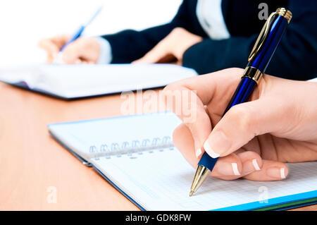 Bild der Hand des jungen Frau Notizen beschnitten - Stockfoto