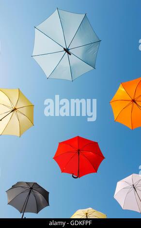 Bunte Schirme am Himmel - Stockfoto