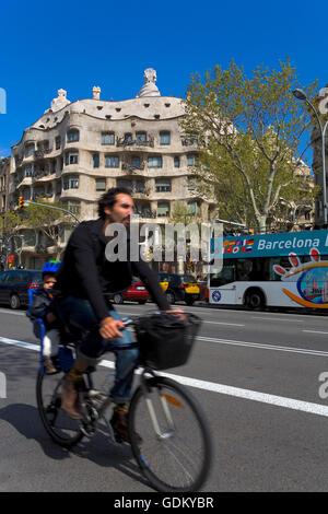 Fahrrad im Passeig de Gracia, im Hintergrund la Pedrera oder Casa Mila, Barcelona, Spanien - Stockfoto