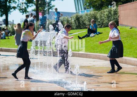 Kinder spielen in einem öffentlichen Brunnen am heißesten Tag des Jahres so weit abkühlen. Bildnachweis: Hayley - Stockfoto