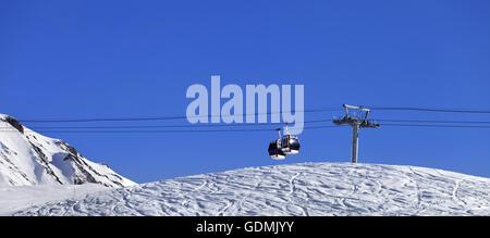 Panoramablick auf Gondel heben und ski-Piste. Georgien, Region Gudauri. Kaukasus-Gebirge. - Stockfoto