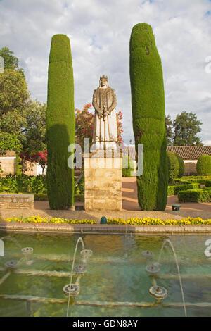 Córdoba, Spanien – 25. Mai 2015: Die Gärten von Schloss Alcazar de Los Reyes Cristianos mit der Statue von König - Stockfoto