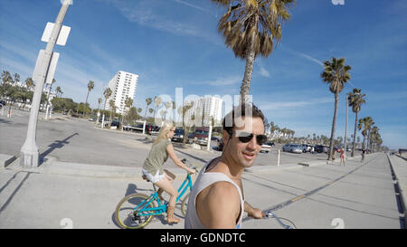 Mann unter Selfie Radfahren am Venice Beach, Kalifornien, USA - Stockfoto