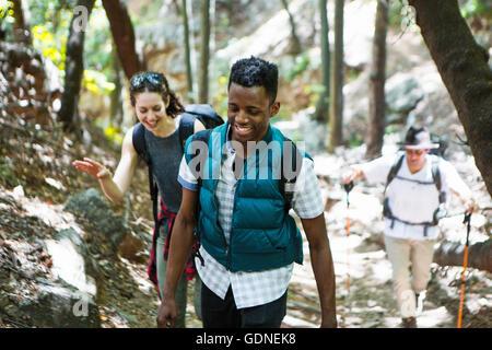 Drei junge Erwachsene Wanderer Wandern durch den Wald, Arcadia, Kalifornien, USA - Stockfoto