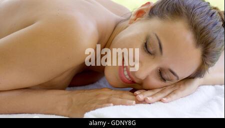 Frau entspannend auf Tisch Terrasse spa - Stockfoto