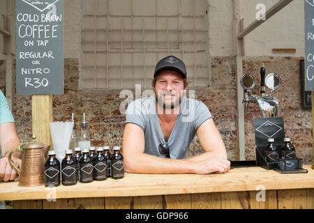 Porträt von männlichen Standinhaber auf kooperative Nahrung Marktstand - Stockfoto
