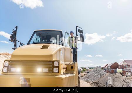 Kipper-Fahrer auf Gehäuse Baustelle - Stockfoto