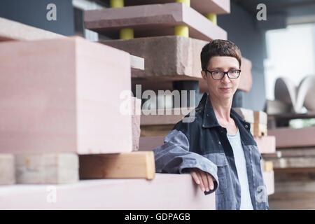 Steinmetz gelehnt Steinblock Blick in die Kamera - Stockfoto