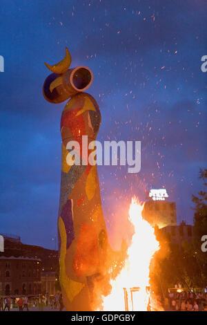 """San Joan´ Lagerfeuer. Fiesta de San Juan. In Joan Miró Park. ""Dona ich Ocell´sculpture. Barcelona. Katalonien. - Stockfoto"