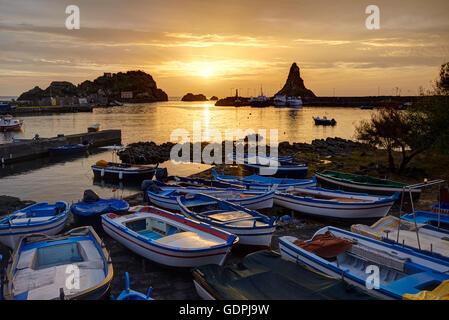 Der kleine Hafen von Aci Trezza, Sizilien, Italien - Stockfoto