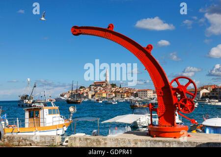 Bootskran vor Rovinj Croatia.Old - Stockfoto