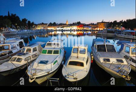 Novigrad-Hafen in der Nacht - Stockfoto