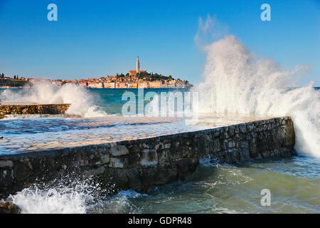 Große Wellen in der Stadt Rovinj in Kroatien - Stockfoto
