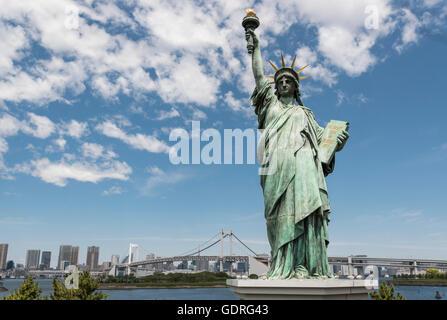 Replik der Statue of Liberty mit Regenbogen-Brücke, Odaiba Seaside Park, Bucht von Tokio, Japan - Stockfoto