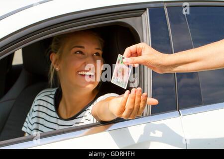 Junge Frau, die ihren Führerschein bekommen - Stockfoto