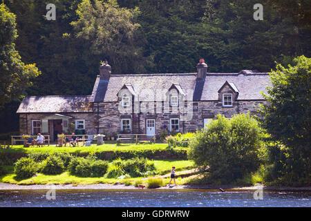 Besucher Llyn Crafnant oder Crafnant See im Norden von Wales die Sonne vor dem Café am Ufer des Sees zu genießen - Stockfoto