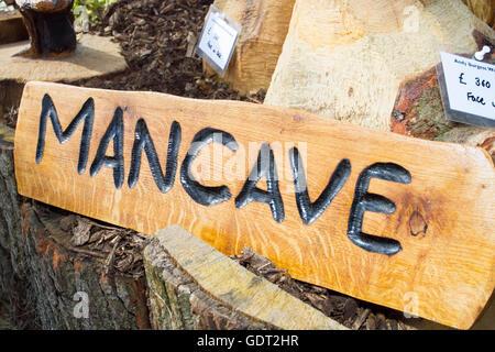Tatton Park, Knutsford, Großbritannien. 21. Juli 2016. Aus Holz geschnitzte Mancave Zeichen an der RHS Tatton Park - Stockfoto