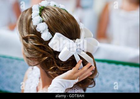 Weißer Schleife Und Kranz Auf Frisur Von Kleinen Mädchen Auf Der
