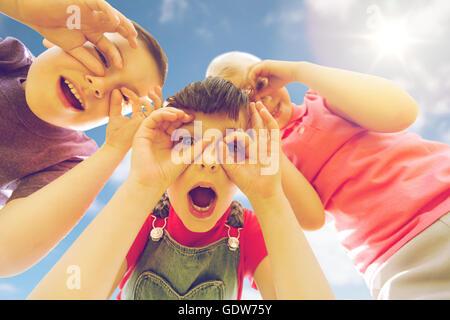 Gruppe von Kindern Spaß und macht steht im freien - Stockfoto