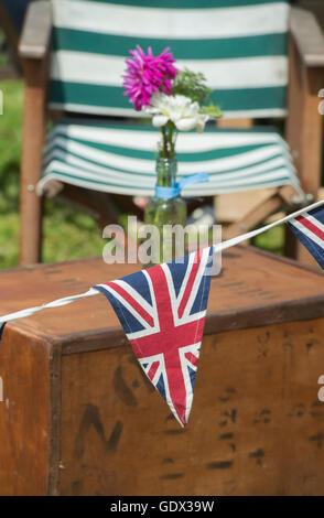 Union Jack Bunting und Liegestühle auf der Themse traditionellen Boat Festival, Fawley Wiesen, Henley On Thames, - Stockfoto