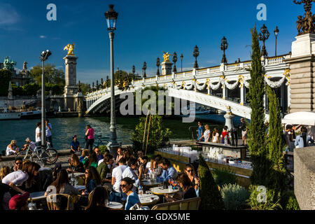 Die Brücke Pont Alexandre III in Paris - Stockfoto