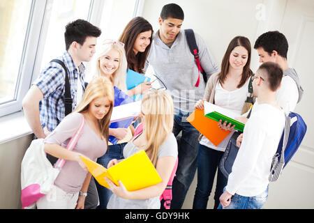 Eine Gruppe von Studenten während einer Pause zwischen den Klassen. - Stockfoto