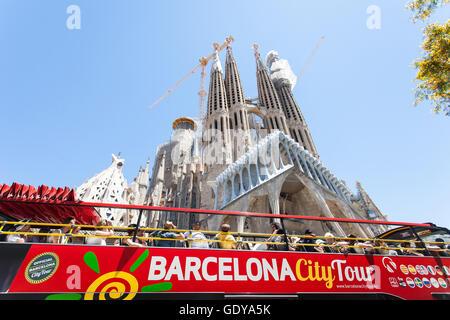 Spanien, Barcelona: Barcelona in seiner unkonventionellen Kunst und Architektur. Touristen im Blick auf die Arbeit - Stockfoto