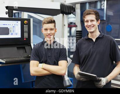 Porträt, Lächeln Arbeiter mit digital-Tablette im Stahlwerk - Stockfoto