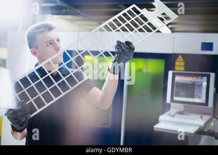 Arbeiter, die Prüfung Stück im Stahlwerk - Stockfoto