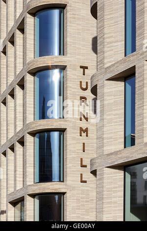 Detail der Backsteinfassade mit Beschilderung. Turnmill Gebäude, London, Vereinigtes Königreich. Architekt: Piercy - Stockfoto