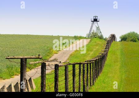 Horni Breckov (Oberfröschau): Rest eiserner Vorhang, Stacheldraht, Wachturm an der Grenze zu Österreich in Cizov - Stockfoto