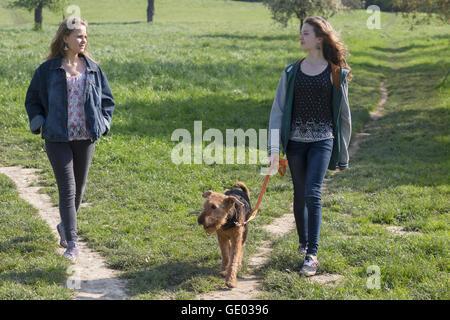 Teenager-Mädchen gehen mit ihrem Hund, Freiburg Im Breisgau, Baden-Württemberg, Deutschland - Stockfoto