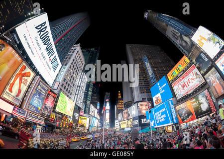 Fisheye-Objektiv Foto des Times Squares überfüllt mit Touristen in der Nacht.