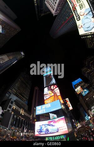 Fisheye-Objektiv Foto des Times Squares in der Nacht.