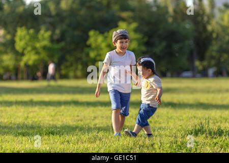 Zwei Jungen spielen im park - Stockfoto