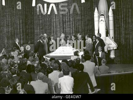 (19 Oktober 1983) Präsident Ronald Reagan NASA Mitarbeiter während der NASA 25. Jubiläumsfeier im National Air and - Stockfoto