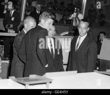 Präsident John F. Kennedy ist über den Betrieb von Quecksilber Control Center in Cape Canaveral unterrichtet nach - Stockfoto