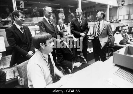 Präsident Ronald Reagan bekommt einen Lachen von NASA Beamte in Mission Control, fragt er scherzhaft Besatzungsmitglieder, - Stockfoto