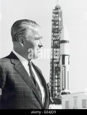Dr. Wernher von Braun steht vor einer Trägerrakete Saturn IB im Kennedy Space Flight Center. Dr. von Braun führte ein Team von deutschen Raketenwissenschaftler, genannt das Team Rocket, in die Vereinigten Staaten, zuerst in Fort Bliss/White Sands, später in der Army Ballistic Missile Agency bei Redstone Arsenal in Huntsville, Alabama übertragen. Sie weiter zu der neu gegründeten NASA/Marshall Space Flight Center (MSFC) in Huntsville, Alabama im Jahre 1960 übertragen wurden, und Dr. von Braun wurde der erste Direktor des Zentrums. Auf Weisung von Braun entwickelte MSFC die Mercury-Redstone, die die Fi gestellt